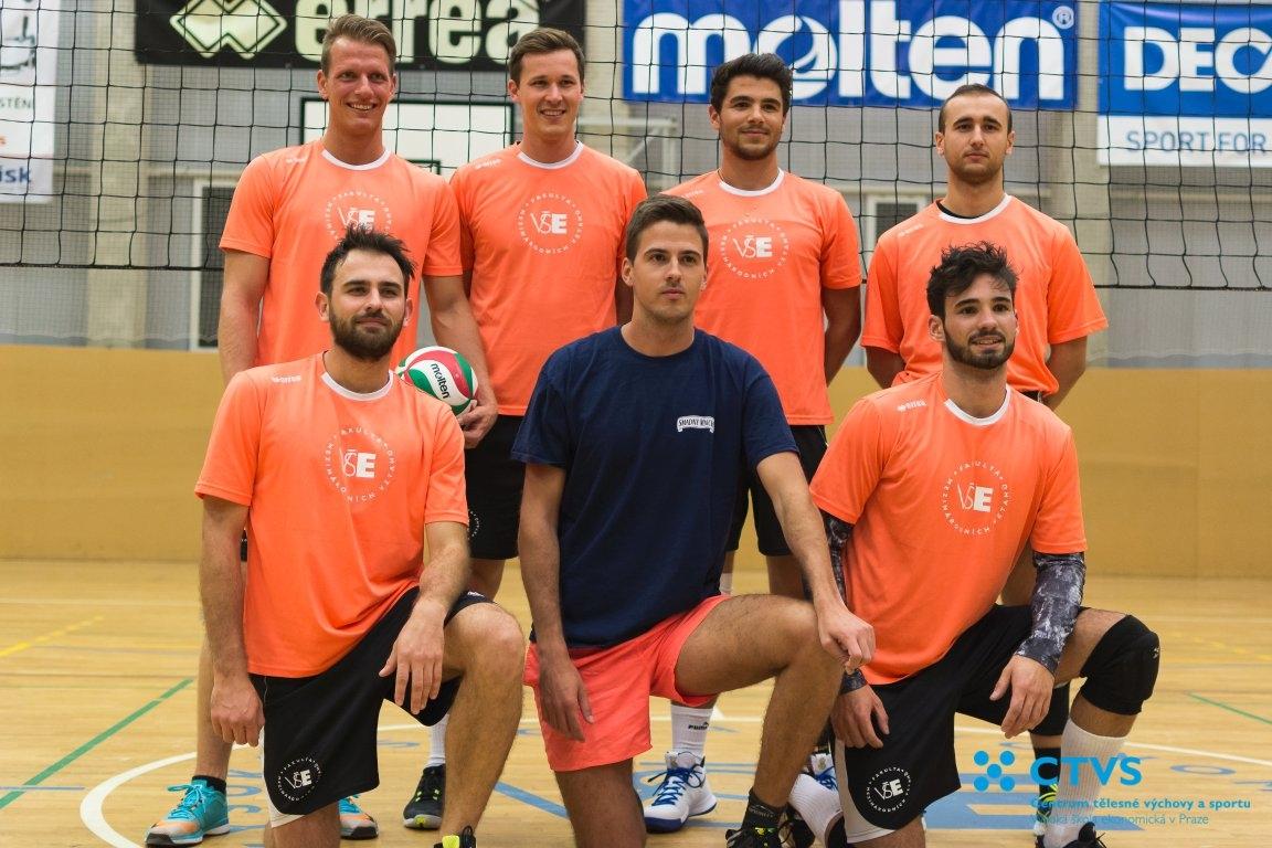 Hráči fakulty FMV - Volejbalová liga VŠE