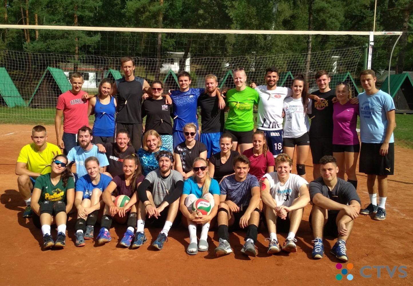 Společná fotka - Volejbalový kurz Svojšín 2020